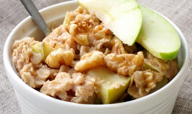 Салат из грецкого ореха и яблока