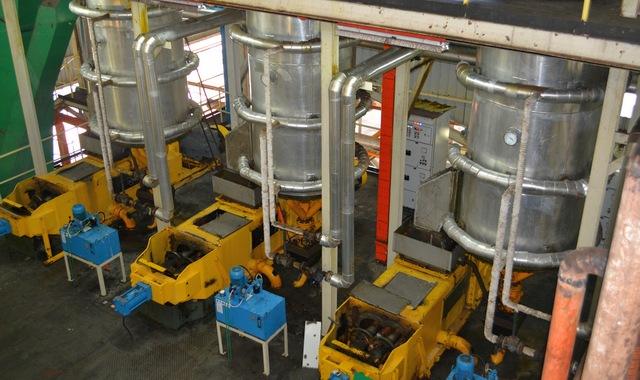 Изготовление пальмового масла под прессом