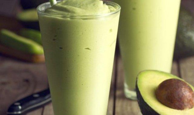 Фруктовый напиток с авокадо и базиликом