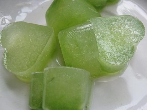 Косметический лед из сока ботвы редиса.