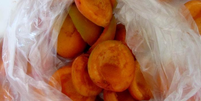 Лучше всего абрикосы хранить замороженными
