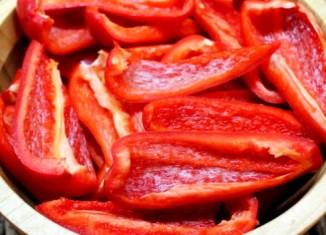 Красный болгарский перец нарезанный в блюдце