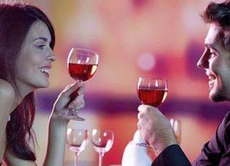 Пьют вино